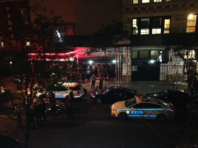 Tiroteo frente a sala de conciertos en NY deja un muerto