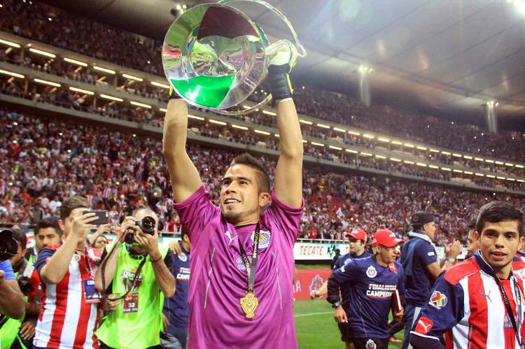 Sufre y en penales, Chivas es campeón en casa 20 años después