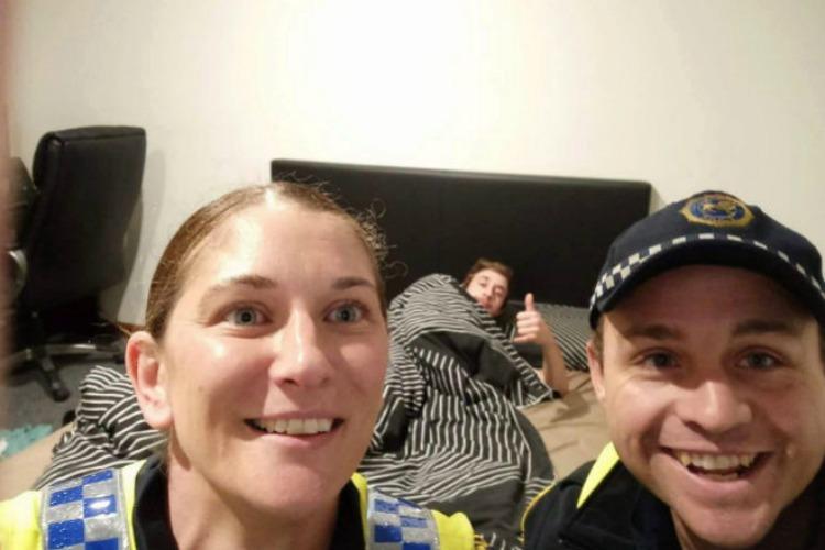 Policías llevan a ebrio hasta su casa y toman 'selfie' del recuerdo
