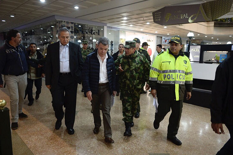 Santos ofrece recompensa por responsables atentado mató tres — COLOMBIA