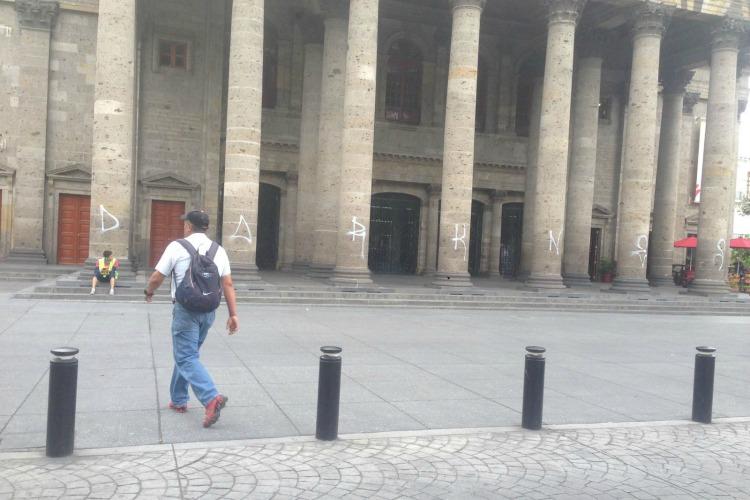 Jóvenes grafitean el Teatro Degollado y otros emblemas de Guadalajara
