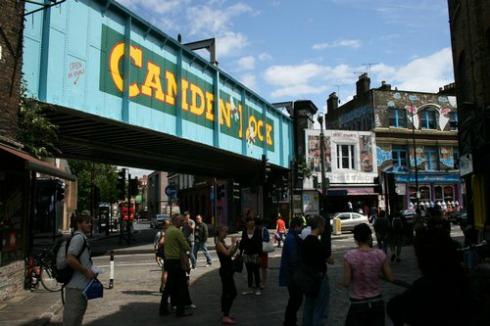 Un voraz incendio arrasa el mercado Camden Lock de Londres