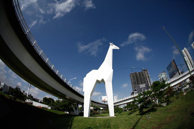 Instalan escultura de jirafa en Acueducto | NTR Guadalajara