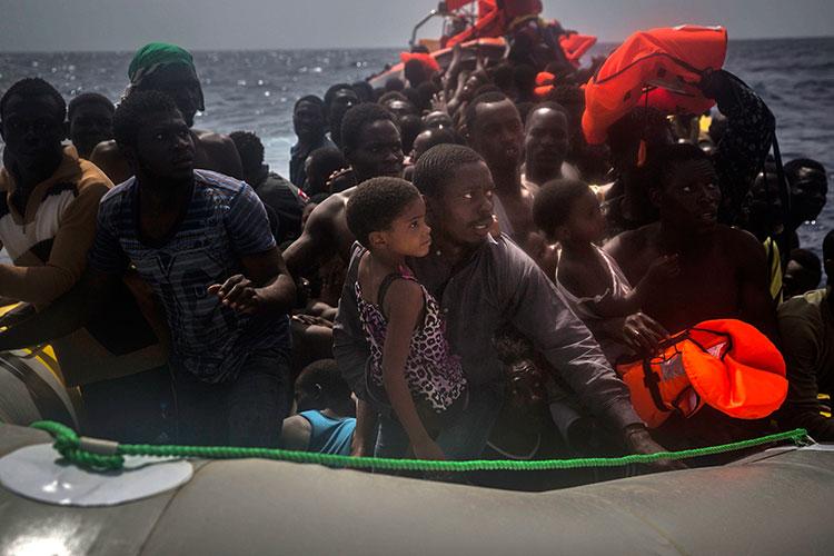 Encuentran 11 migrantes muertos en una barca en el Mediterráneo