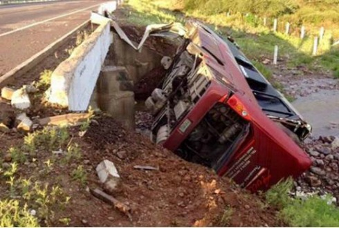 Vuelca camión y deja 30 pasajeros heridos en Sonora