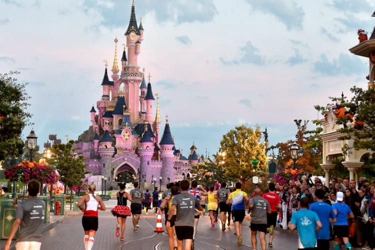 Disneyland se disculpa por prohibir a niño ser princesa por un día
