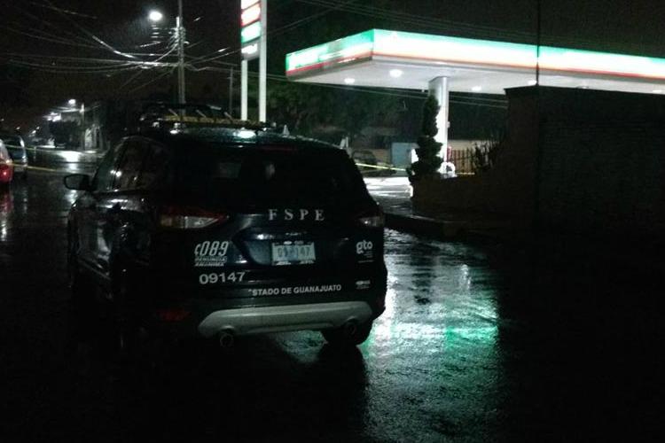 Acribilla grupo armado a policías y empleados de gasolinera