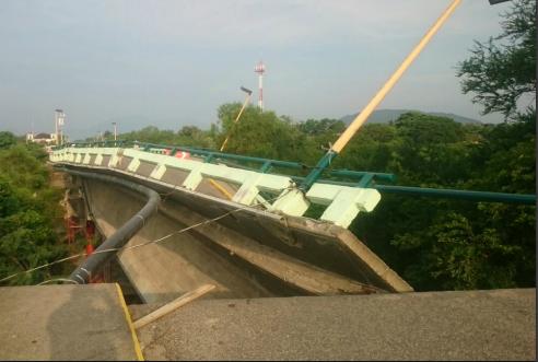 Colapsa puente Ixtlaltepec en Oaxaca