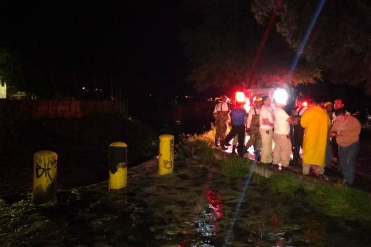 Bomberos de Guadalajara buscan a menor arrastrado por lluvias
