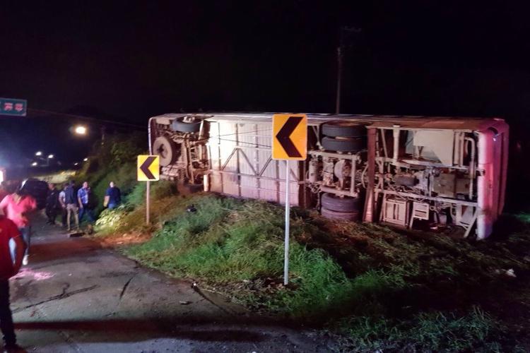 Choque y volcadura de autobús en carretera de Jalisco, 15 peregrinos muertos