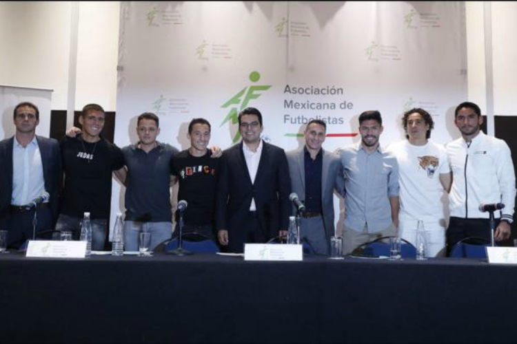 Futbolistas mexicanos encabezados por Chicharito alzan la voz y presentan su Asociación