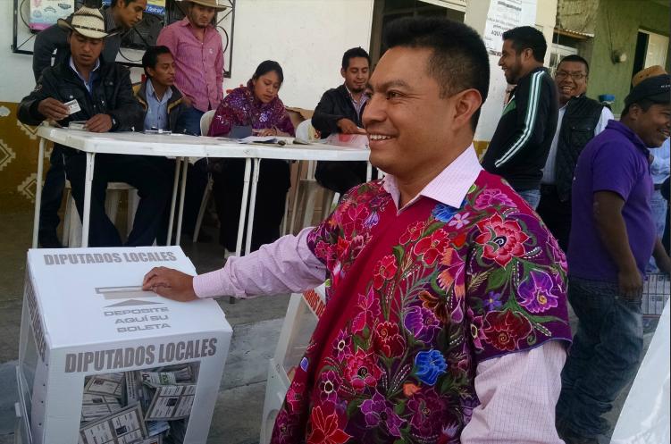 Alcalde de Zinacantán, Chiapas, da discurso ebrio en evento de motocross