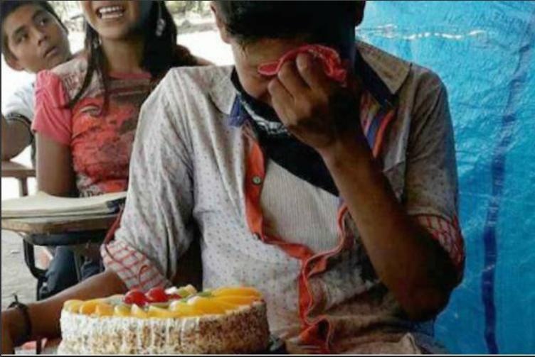 Niño rompió en llanto al recibir pastel de cumpleaños por primera vez