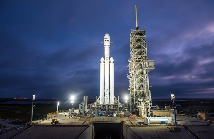 SpaceX mostró un video de Falcon Heavy en la plataforma de lanzamiento