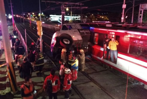 Choca unidad del transporte con tren ligero, hay tres lesionados