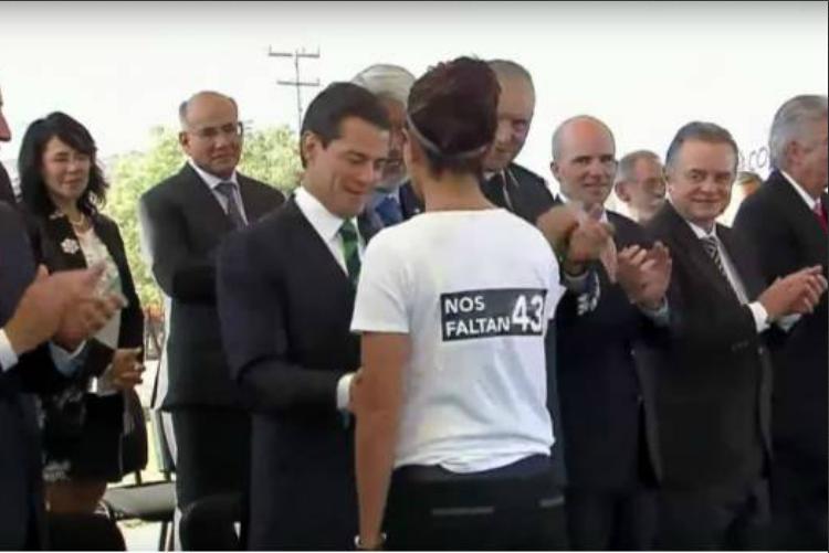 Reclaman a Peña Nieto por los 43