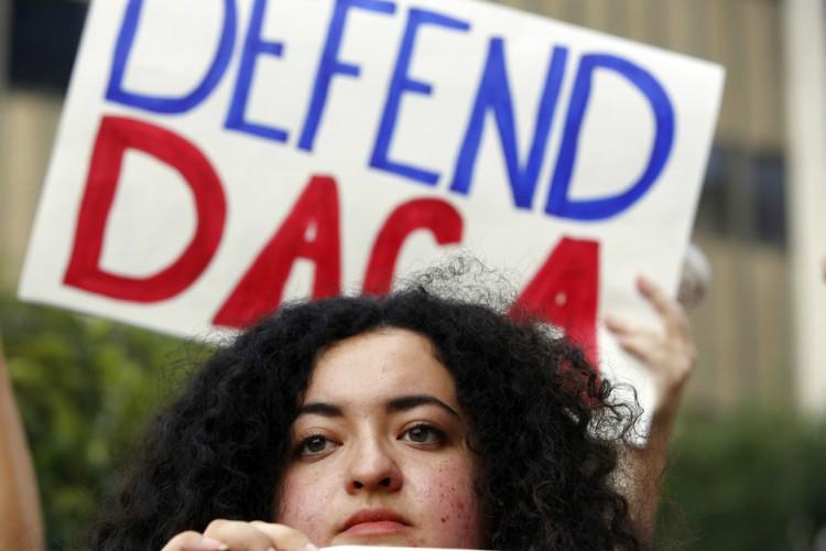 Líder demócrata retira oferta de financiar muro fronterizo a cambio de DACA