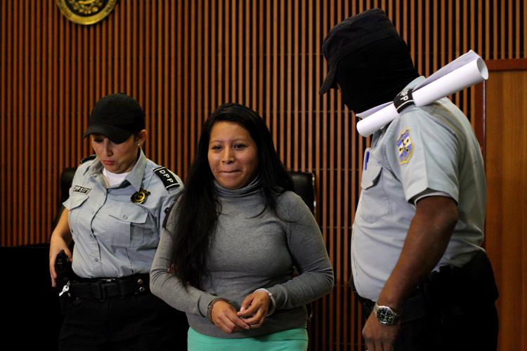 Salvadoreña es lilberada por aborto tras 11 años de prisión