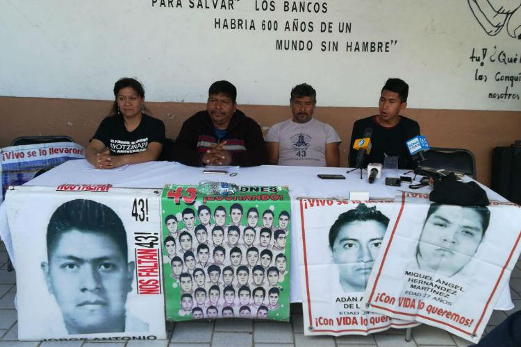 Marchan en Morelia padres de los 43 jóvenes de Ayotzinapa