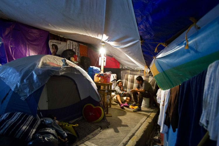 Damnificados por sismo protestan en México; Morena informa de ayuda