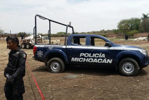 Roban dos camionetas del INE en Apatzingán; hay un detenido