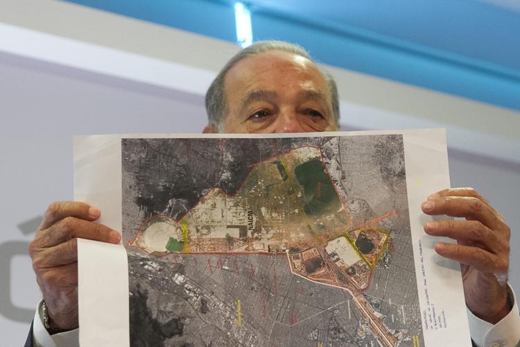 Slim, a favor de la construcción del nuevo aeropuerto