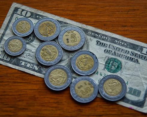 Dólar a la venta en 20.96 pesos en bancos, Bolsa Mexicana gana