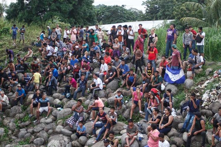 Migrantes que nos pidan asilo se quedarán en México: Trump
