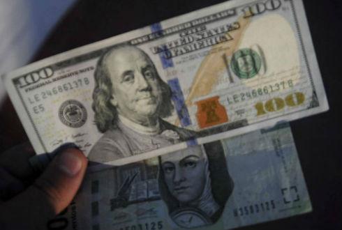 Dólar retrocede, se vende hasta en 20.90 pesos