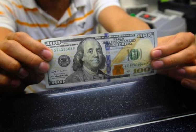 Comentarios de la Fed siguen pegando al dólar