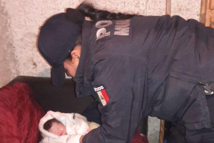 Policías de Tlaquepaque ayudan a mujer en parto