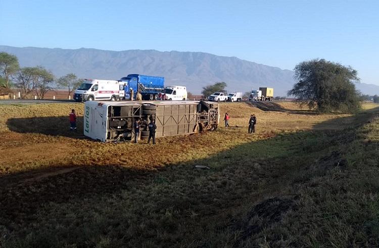 Vuelca camión en autopista a Colima; hay 13 heridos