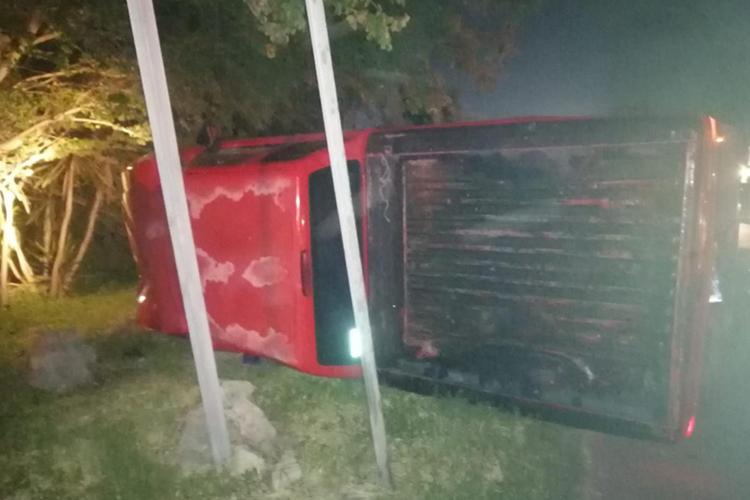 Muere hombre en volcadura de camioneta robada