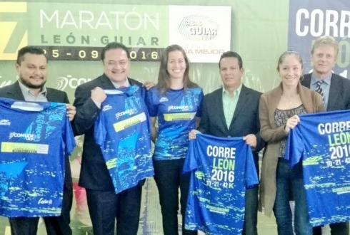León invita a vivir su maratón  1112a53980e65