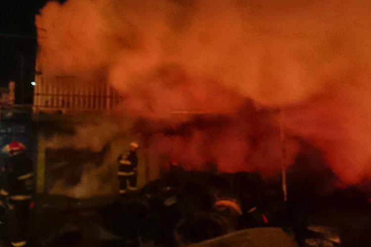 Reportan tres bomberos con quemaduras tras incendio en Guadalajara
