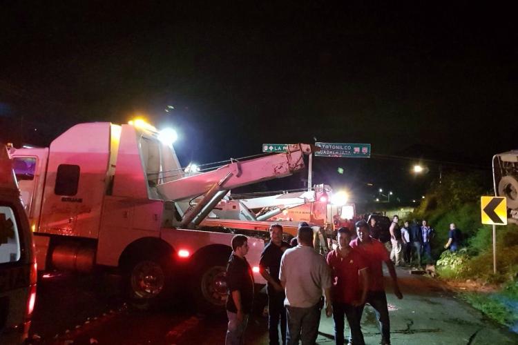 Quince muertos y 38 heridos tras volcar autobús de peregrinos en Jalisco